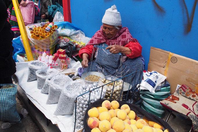 インディヘナのおばあさんが金色や銀色の物を量り売り 何に使うんだろう...?