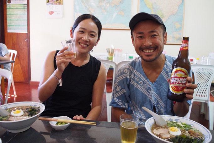 餃子にビールでご機嫌な2人(笑)
