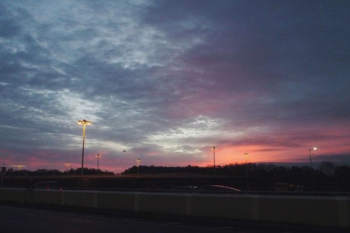 寒かった空港泊が終わって 搭乗手続きが終わる頃に観えた きれいな朝焼け