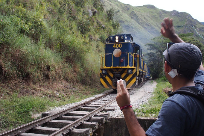 線路には実際に電車も走っているので 電車が近づくと手を振ってみたりして