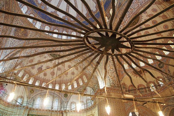 モスクの中の照明はこんなユニークな形の場所に掛かっていて 思わず写真に撮りたくなります