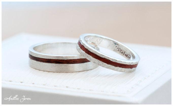 nº150 (izquierda) nº 151(derecha) Alianzas de plata con incrustaciones de madera de palosanto amazonas.