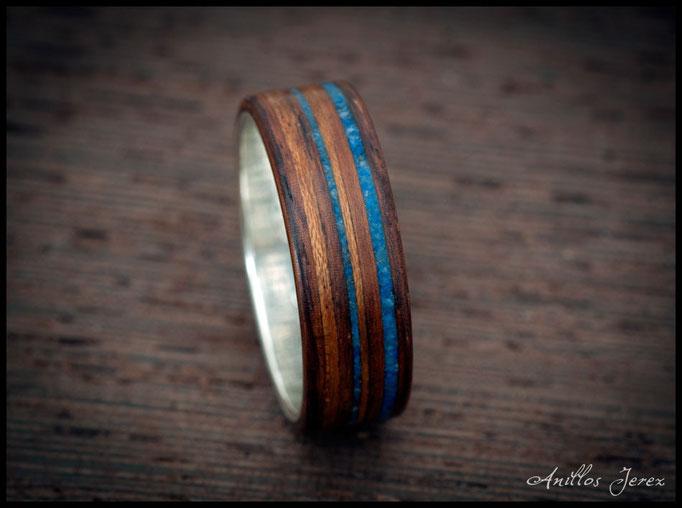 nº180 Anillo de madera doblada de paoferro con incrustaciones de lapizlázuli y madera de etimoe.