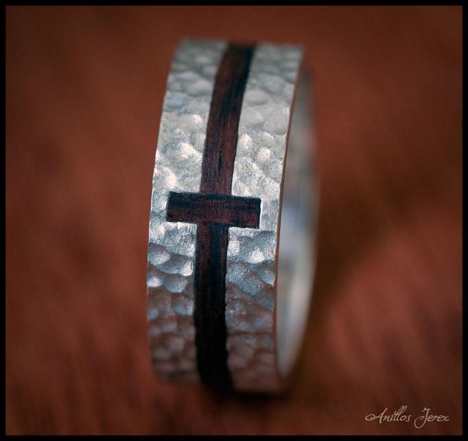 nº142 Anillo de plata con incrustación de madera de paoferro en forma de cruz.
