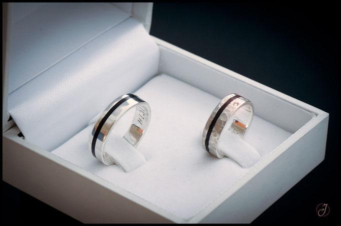 nº 103 (izquierda) y 104/B (derecha) Alianzas de plata con incrustaciones de ébano makassar y diamante.