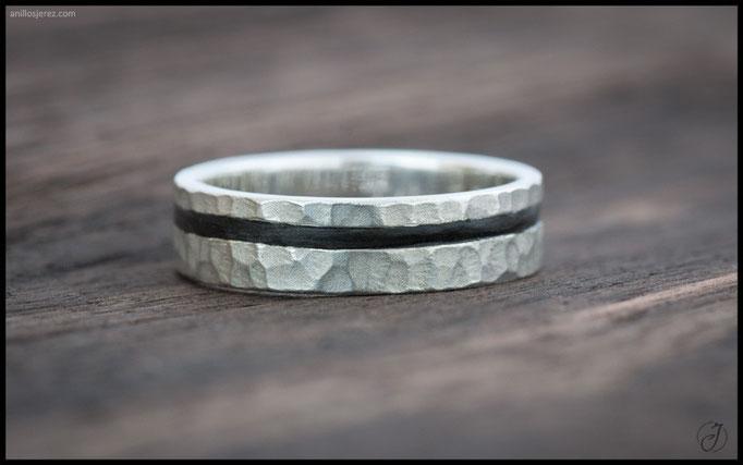 nº104 Anillo de plata con incrustación de ébano makasssar.