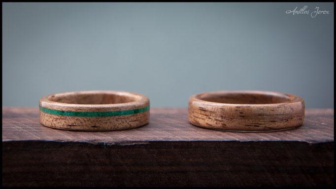 nº75 (izquierda) y nº74 (derecha) Alianzas de madera doblada de nogal con incrustaciones de malaquita.