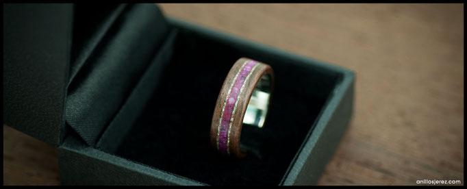 nº235 Anillo de madera doblada de palosanto de la india con incrustaciones de plata y pectolita rosa. Interior de plata.