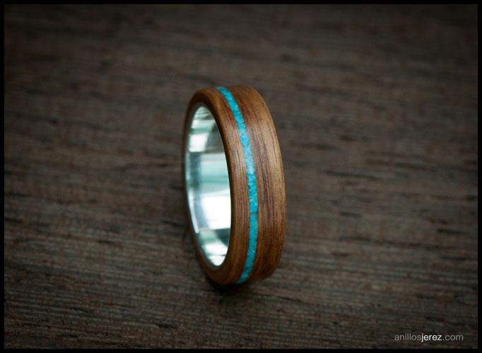 nº285. Anillo de madera doblada de palosanto amazonas con incrustaciones de turquesa e interior de plata.