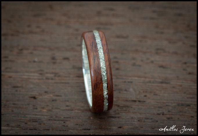nº216 Anillo de madera doblada de palosanto amazonas con incrustaciones e interior de plata.