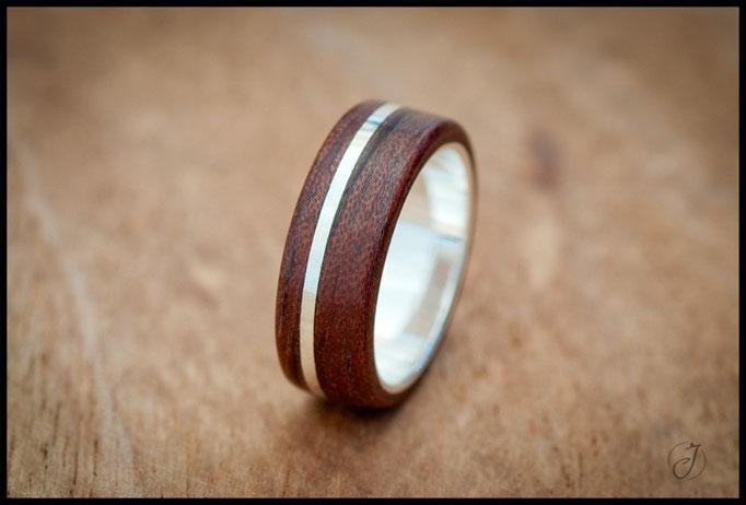 nº98 Anillo de madera doblada de Bubinga con línea incrustada e interior de plata.