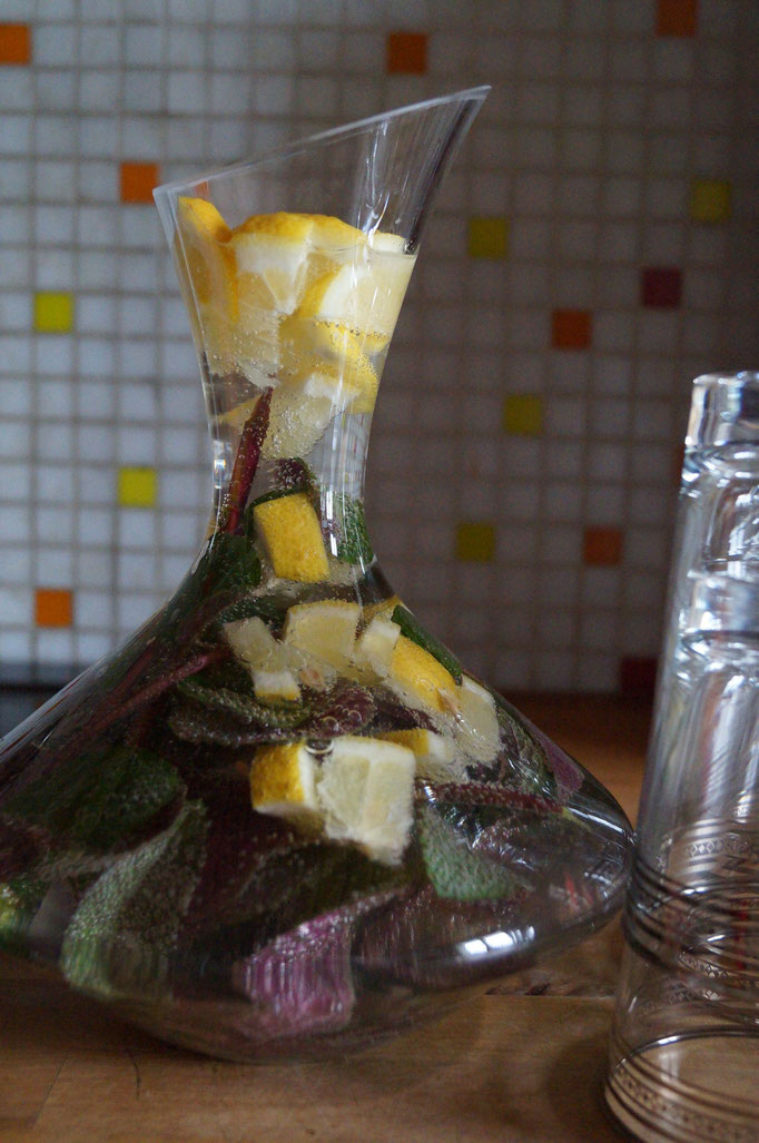 Ein leckerer alkoholfreier Aperitif mit selbstgemachtem Pfefferminzsirup und frischer Minze