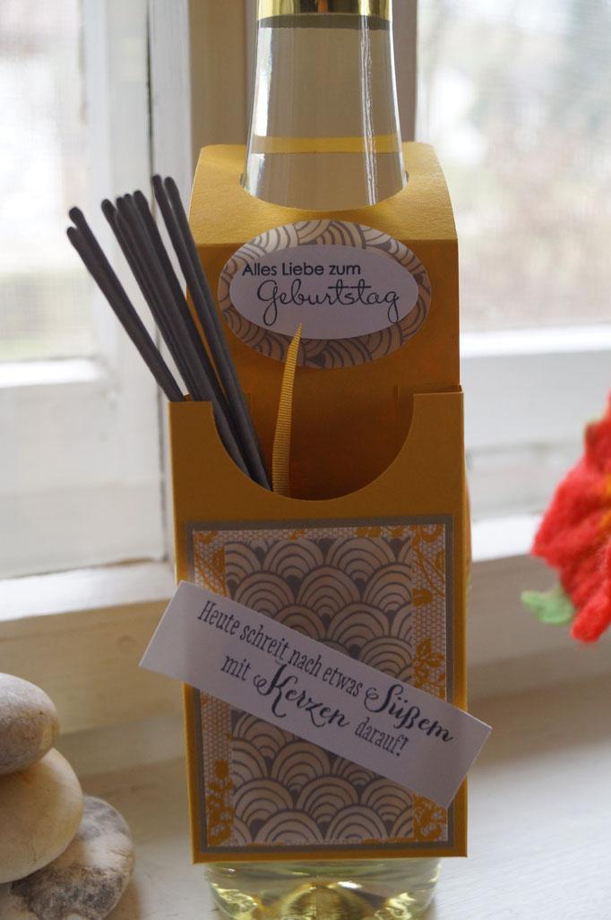 Flaschenanhänger in curry-gelb mit gold und Designerpergament - 2015 - Patricia Stich