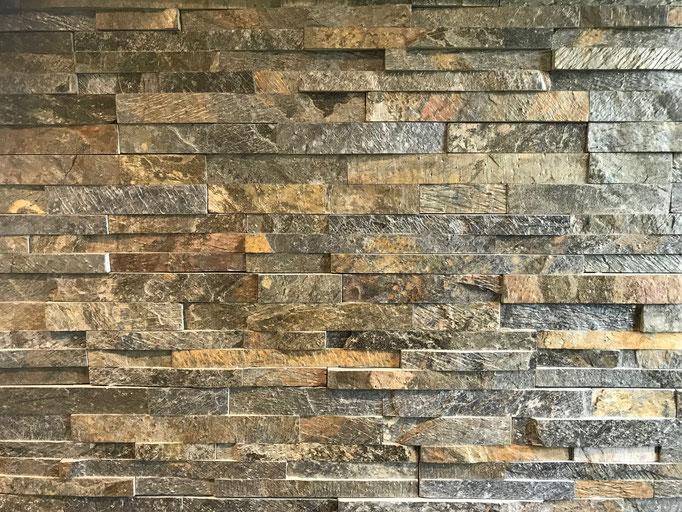 Wandbelag mit Naturstein-Verblender