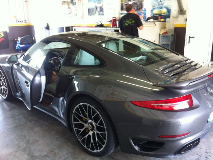 Porsche 911 Turbo S in der Aufbereitungswerkstatt