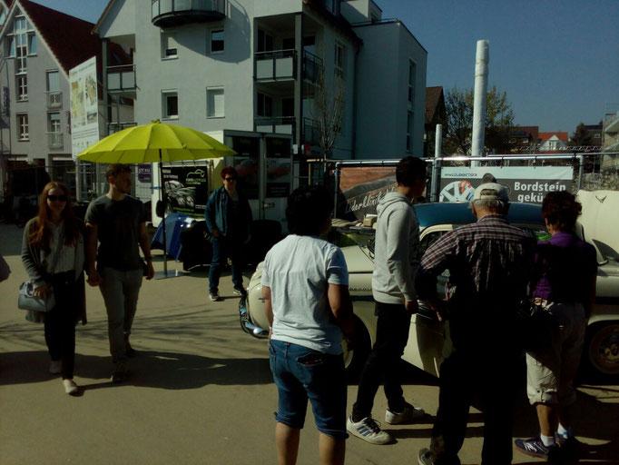 Besucher am Stand von Fünfer Autopflege