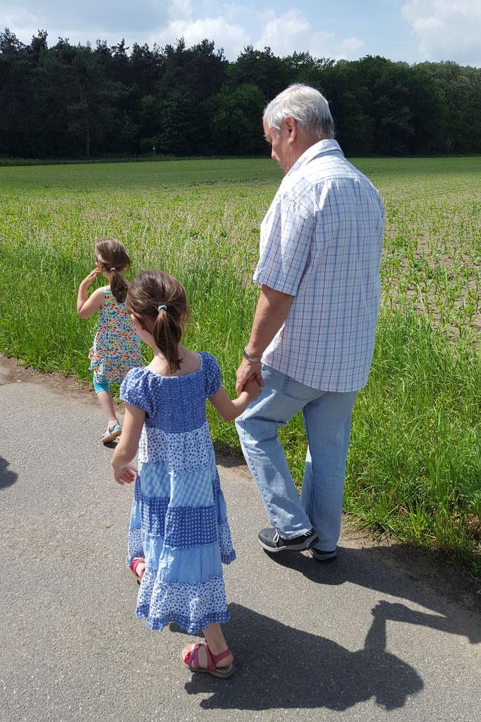 Opa, unsere Große und unsere Kleine auf dem Weg zum Braunshardter Tännchen