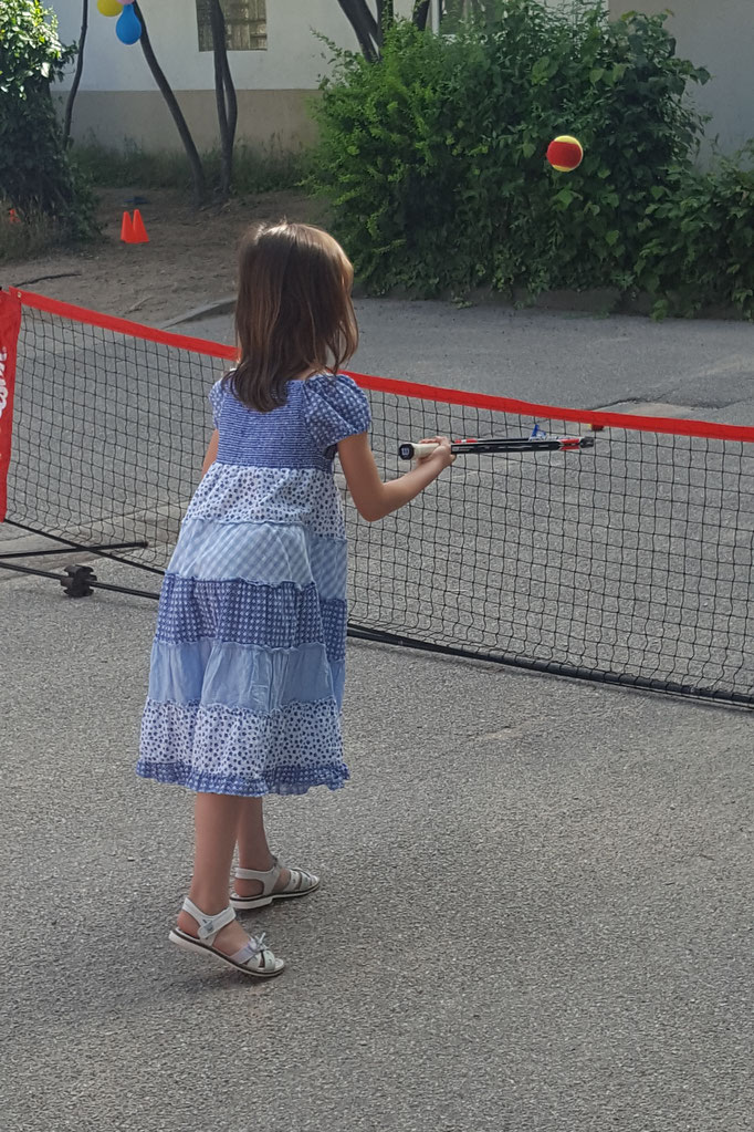 Unsere Große spielt Tennis auf ihrem Schulfest