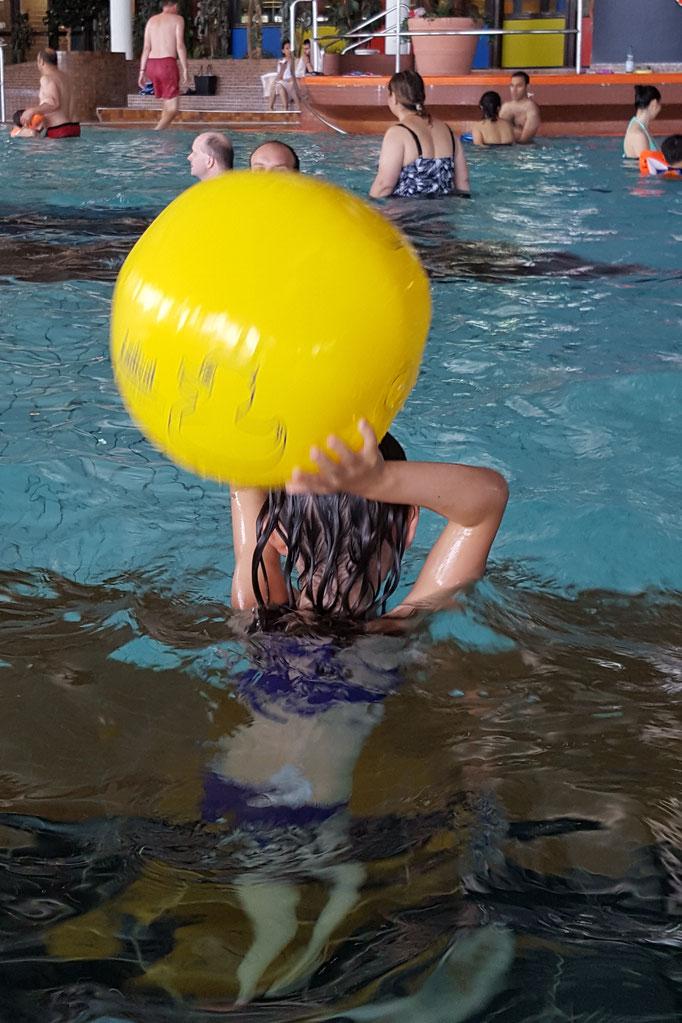 Unsere Große spielt mit dem Papa Wasserball im Rebstockbad Frankfurt