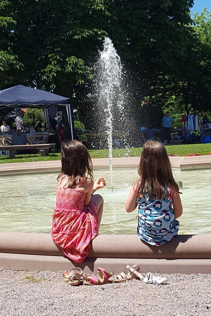 Unsere Mädels kühlen sich am Springbrunnen die Füße