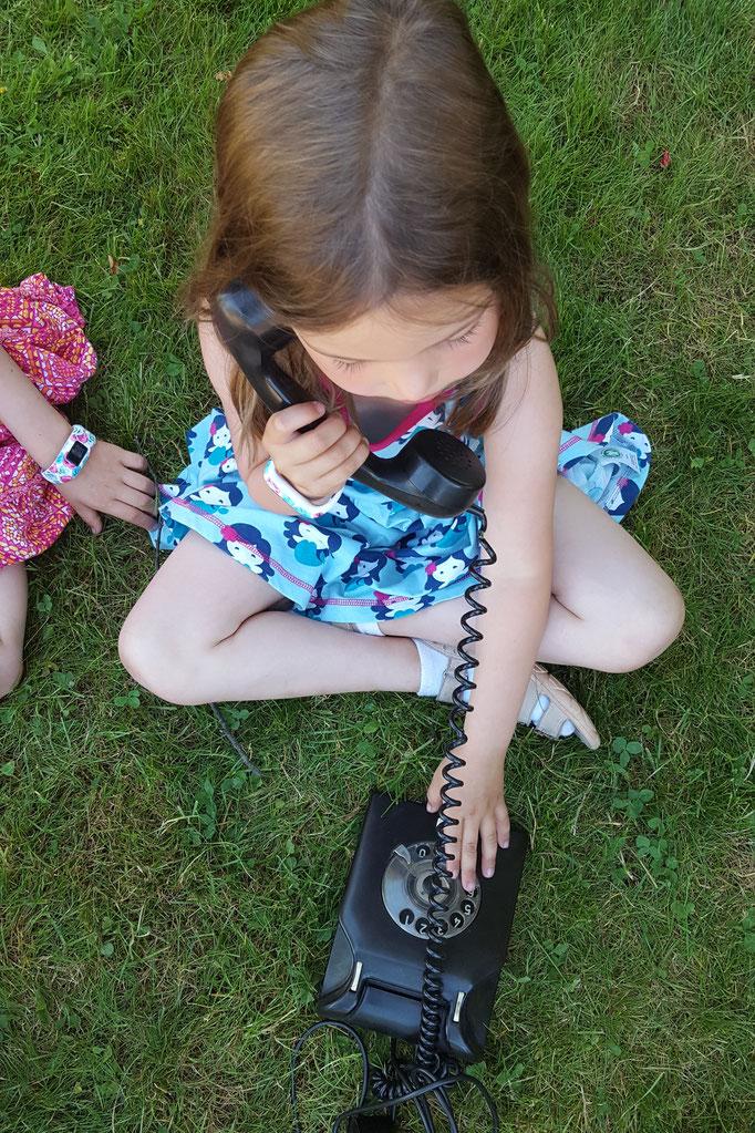 Unsere Kleine probiert das alte Telefon aus, welches wir auf dem Flohmarkt erworben haben