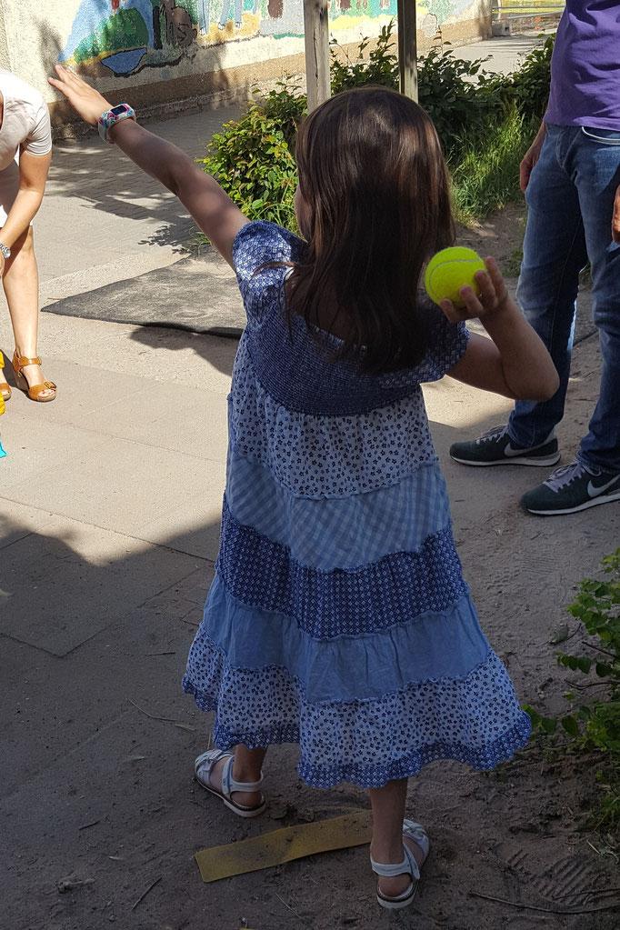 Unsere Große bei einem Wurfspiel auf ihrem Schulfest