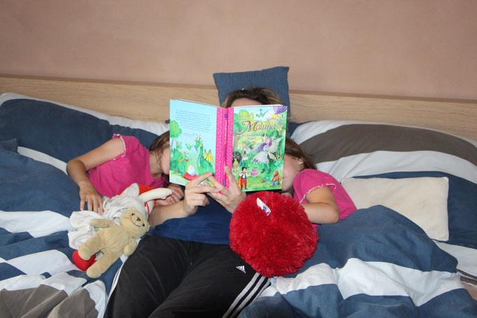 """Ich lese den beiden Mädels """"Maluna Mondschein"""" vor"""