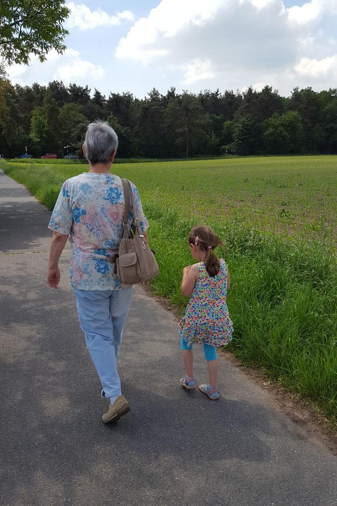 Oma und unsere Kleine auf dem Weg zum Braunshardter Tännchen