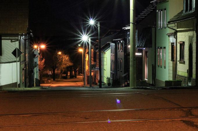 Die Bahnhoftsraße aus Richtung Bahnübergang.