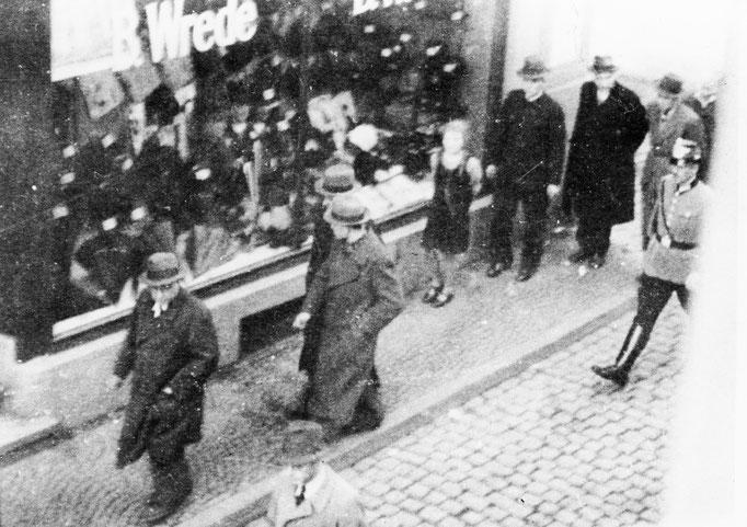 Verhaftung der jüdischen Kaufleute Alfred Cohn, Hermann Stern, Kurt Stern und Emil Stern in der Wasserstraße. (Fotoquelle: Ludwig Korte, Originale im Besitz von C. Laymann)