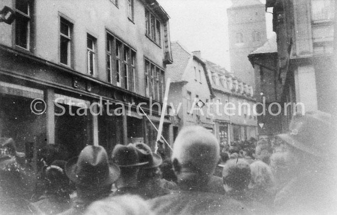 Zerstörung des Kaufhauses Cohn in der Wasserstraße. (Fotoquelle: Stadtarchiv Attendorn)
