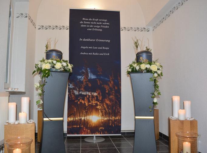 Trauerfeier zweier Verstorbener im Andachtsraum mit individuellem Banner