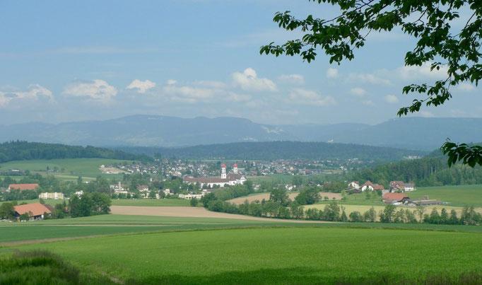 Blick auf St. Urban und im Hintergrund die Jura-Kette