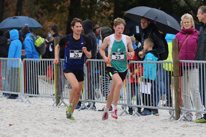 Crosslauf in Mol (Belgien): Thorben Dietz und Christoph Gallo kämpfen sich durch den Sand (Foto: Gisela Maubach)
