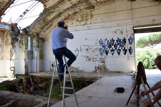 Angelo Michele Risi fotografa le opere di Enzo Cursaro all'interno della EX Fabbrica CIRIO di Paestum - 2016