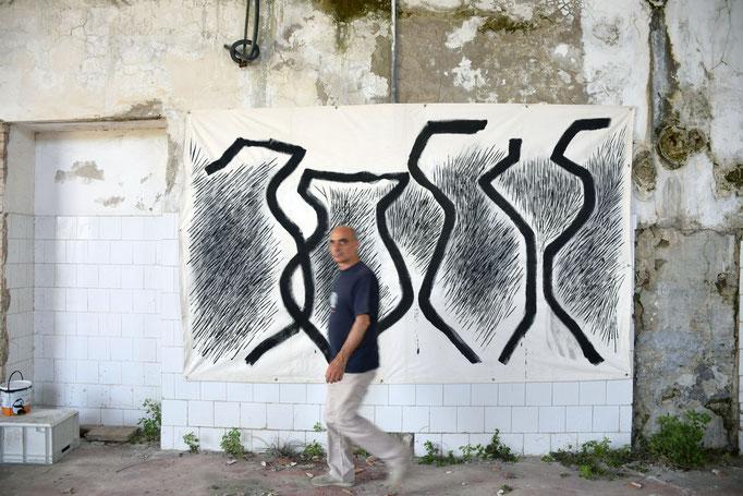 """EX Fabbrica CIRIO - ENZO CURSARO davati alla sua opera """"Amphores"""" - 2016"""