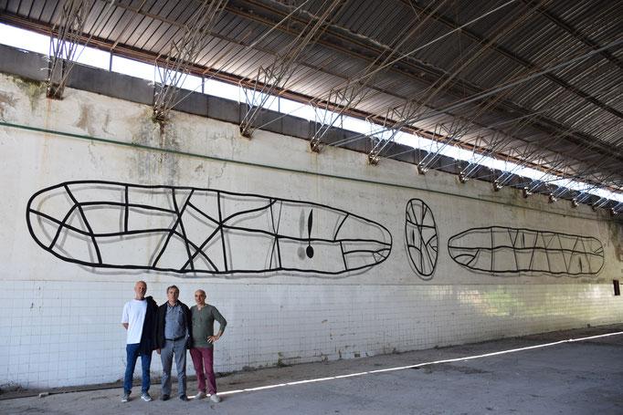 Sergio Vecchio, Angelo Casciello, Enzo Cursaro, davanti all'opera di A. Casciello all'interno della Ex Fabbrica CIRIO di Paestum - 2016