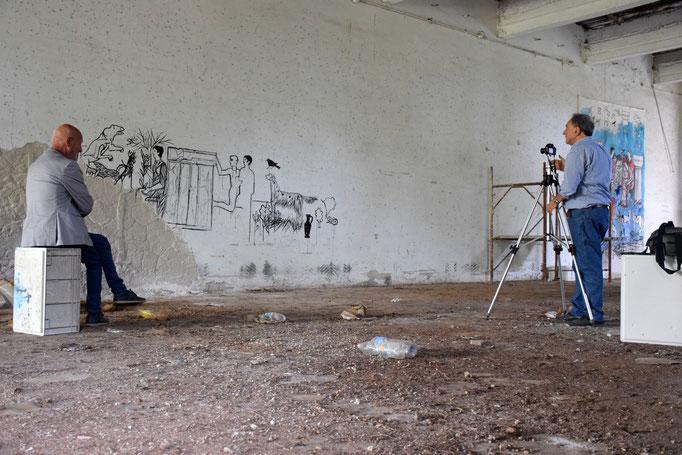Angelo Michele Risi fotografa l'opera di Sergio Vecchio all'interno della EX Fabbrica CIRIO di Paestum -2016