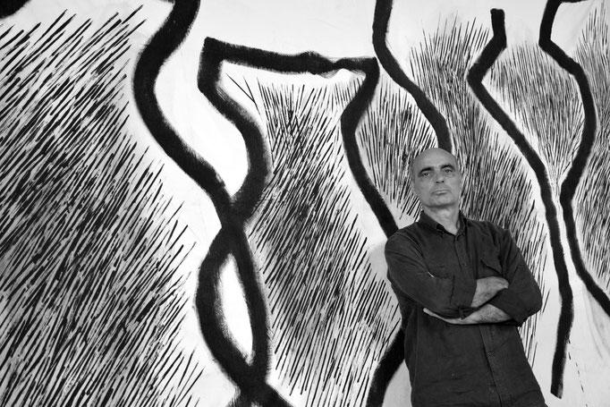 """ENZO CURSARO davanti alla sua opera """"Amphores"""" nella EX Fabbrica CIRIO di Paestum - 2016"""