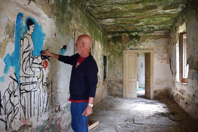 """Sergio Vecchio dipinge """"Le stanze dell'eremita"""" nella ex Fabbrica CIRIO di Paestum - 2016"""