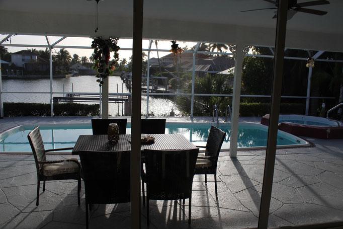Wohnzimmer mit Pool/- und Wasserblick