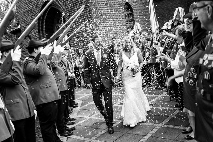 Hochzeitsauszug im Konfettiregen. Hochzeitsbilder in schwarz weiß aus Hückelhoven.