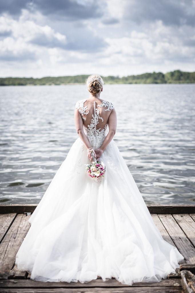 Eine Braut am Steg am Niederrhein. Besondere Hochzeitsbilder.