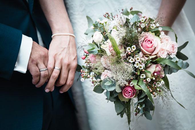 Zwei Ringe und ein Hochzeitsstrauß aus Nürnberg. Details Eurer Hochzeit in Bildern festgehalten.