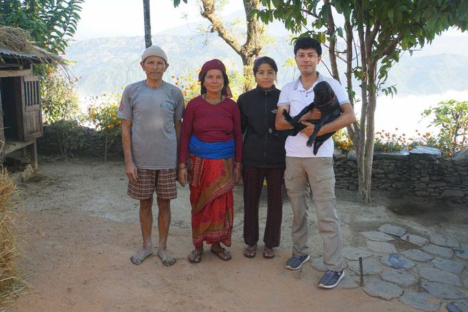 Familienfoto zum Abschied inkl. jungem Geisslein. Der Vater kam extra vom Feld, wo er OHNE Schuhe pflügte...