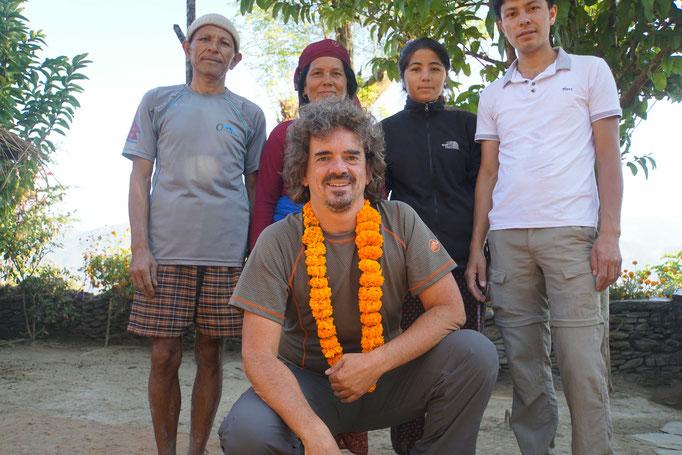 Ein letztes Bild zum Abschied - ein letzter Blumenkranz zum Abschied von Surats Schwester... Wir sehen uns 2017 wieder - versprochen! Der Blumenkranz trocknet aktuell unter der Sonne Kathmandus - ich will ihn als Andenken mit in die Schweiz nehmen!