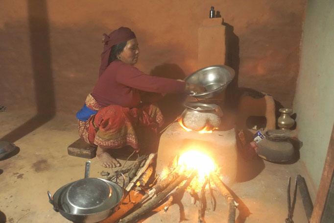 """Surats Mutter freut sich sehr über den neuen Ofen in der Küche inkl. Kamin - der Rauchabzug muss weiter optimiert werden - es bestehen Pläne! """"Es soll ein warmes Haus werden"""" schrieb 2015 eine Spenderin. Es wurde ein warmes und vor allem herzliches Haus."""