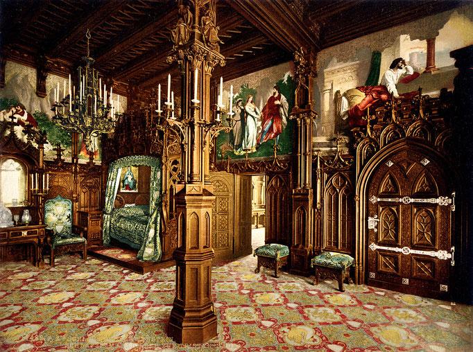 Das Schlafzimmer des Königs wird dominiert durch ein mächtiges, mit Schnitzwerk verziertes Bett. An dem mit zahlreichen Fialen dekorierten Betthimmel und den Wandverkleidungen aus Eichenholz arbeiteten 14 Schnitzer über vier Jahre.