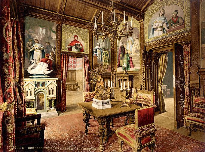 Da sich die Küche in Neuschwanstein drei Stockwerke tiefer befindet, wurde das Esszimmer mittels eines Speiseaufzuges mit der Küche verbunden.