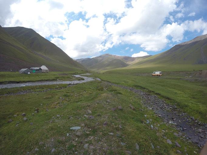 """Irgendwo in Kirgistan, Viele Kirgisen leben im Sommer hoch auf den Bergweiden mit ihren Tieren. Wir mit unserer """"Blech-Jurte"""""""
